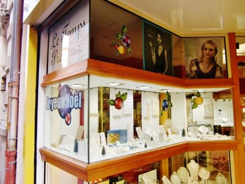 Une vitrine à l'honneur, la bijouterie Le temps précieux